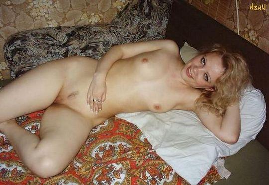Горячая брюнетка искушает аппетитными дырочками - порно фото